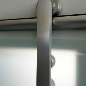Obere Aufhängung einer Ganzglasschiebetüranlage – matt